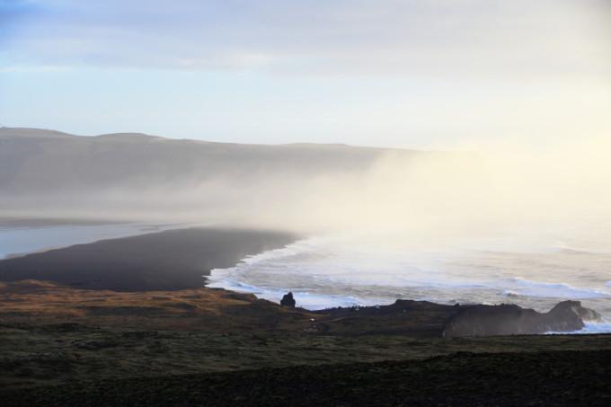 --> 11:00 到达塞里雅兰瀑布 塞里雅兰瀑布高60米,从悬崖上飞奔而下,白色的水流和周围的美景互相融合,成为摄影爱好者的最爱。如果到冰岛去旅游,错过了塞里雅兰瀑布可是会让人捶胸顿足的。塞里雅兰瀑布虽然在冰岛的众多瀑布中排不上较好名次,既不是最大的,也不是最高的,但却是最优雅美丽的。最美丽时刻是日出或者日落时分,太阳照耀在瀑布的水帘上,幻化成一道美丽璀璨的水雾,让人陶醉不已。 12:45 到达斯科加瀑布 途中偶遇冰岛马 14:00 徒步10公里看飞机残骸 多么痛的领悟 冰岛的飞机残骸不!是!被