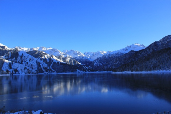 风景区以天池为中心,以完整的4个垂直自然景观带和雪山冰川,高山湖泊