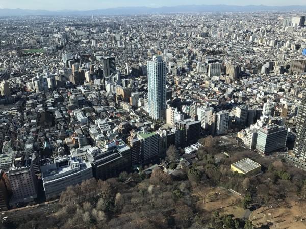 东京都新宿区最主要的铁路车站,使用新宿站的铁路业者包括东日本旅客铁道(JR东日本)、小田急电铁、京王电铁、东京地下铁及都营地下铁等。新宿站每日使用人次,以出入闸人次计算,JR路线为157万,属日本第1位、各机构总和则达每日364万人次,是世界上最高使用人次的铁路车站。  新宿是以JR新宿站为中心分为东新宿和西新宿。 在介绍新宿之前,首先要来介绍下JR新宿站的出口,号称为迷宫的JR新宿站有多达八个出口。大家要注意地下和地上层都有出口,地上出口主要的三个就是南口、东南口、新南口。地下层出口主要是西口和东口,中