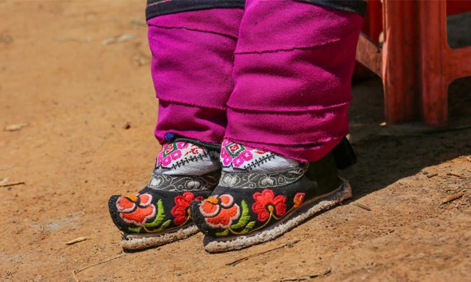 """贵州村落,还有一群女人""""裹脚"""""""