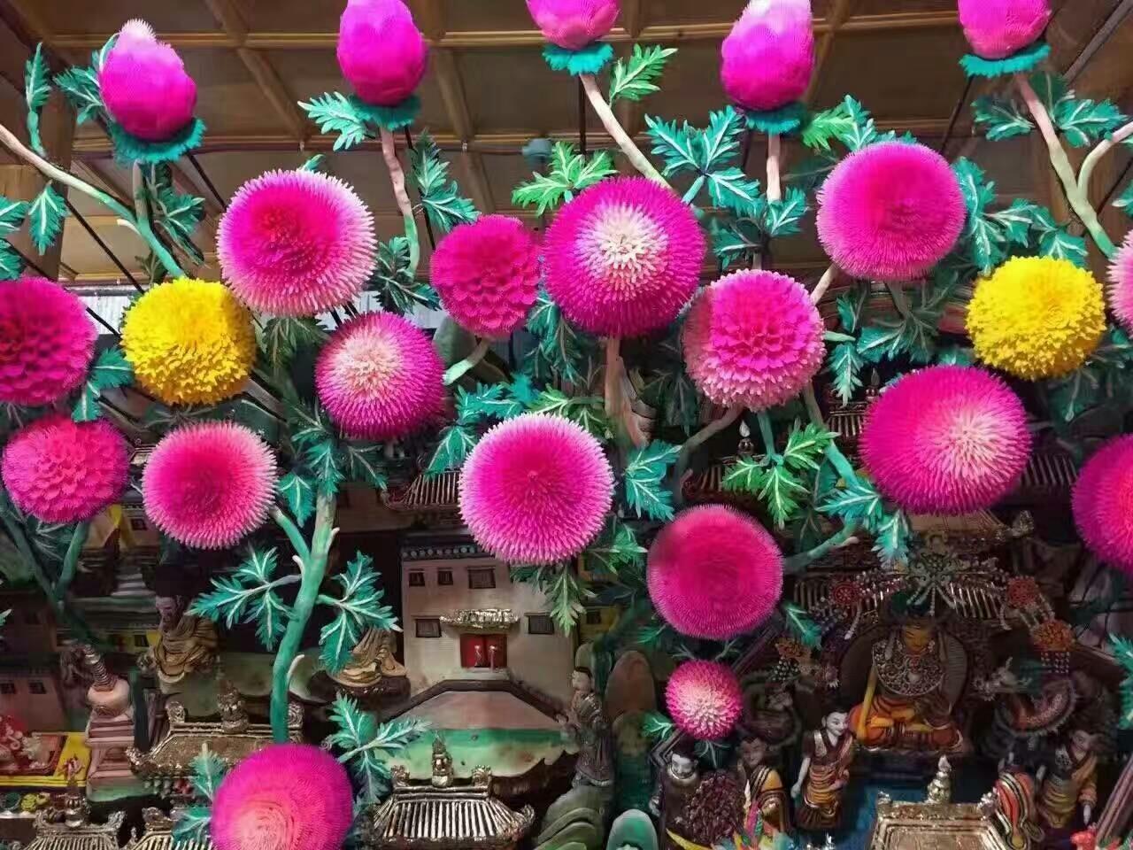 青海的塔尔寺每年正月十五都要举行酥油花展。这一活动从1409年起,一直延续至今。 酥油花是用酥油制作的一种特殊形式的雕塑艺术。 幸饶弥沃如来佛祖创建了雍仲本教后改变了很多原始的信仰方式,包括改变了杀生祭神等等,而采用糌粑和酥油捏成各种彩线花盘的形式来代替原始本教中要杀生祭祀的动物,减少了杀戮。这就是朵玛和酥油花的最初起源。朵玛和酥油花也被其他藏传佛教的教派广泛用来做供品并成为了藏传佛教的一大特色。我们现代藏族同胞许许多多的习俗和生活方式,也都是古象雄时代所留传下来的。藏族同胞还有许多独特的祈福方式:比如转