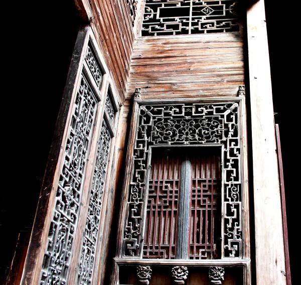 所有街巷均以黟县青石铺地,古建筑为木结构,砖墙维护,木雕,石雕,砖雕