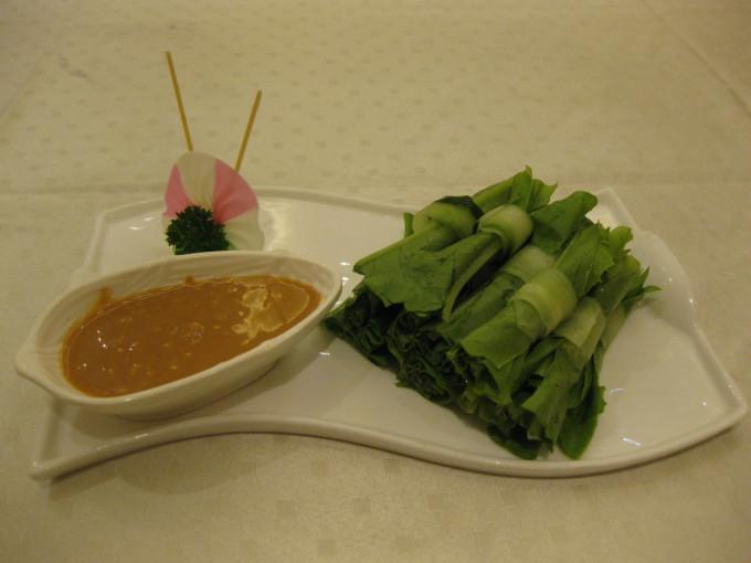 油麦菜沾着吃,凉凉的,很爽口.   鲍菇牛肉粒,鲍菇比牛肉还好吃,