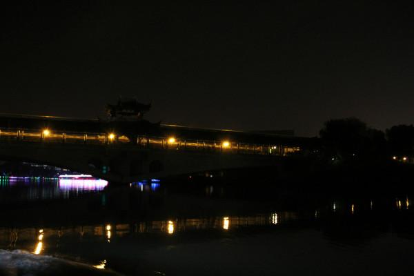 神采飞扬游乐公园,后面就是火车站了.   小亭山上永和塔   相比西单