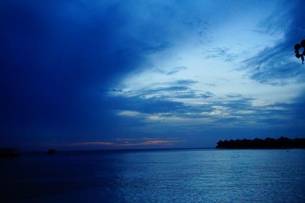 寂静的海面,上空弯弯的月牙~原谅我赖在床上起不来只能看看照片图片