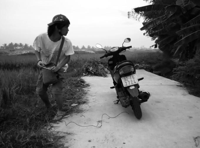 到岘港后,我坐在椰子树下,一边听音乐,一边画速写,努力平息刚才发生的