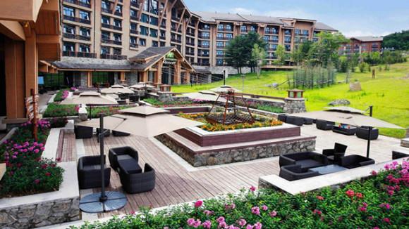 长白山万达智选假日酒店由两座欧式建筑群组成,内设众多房型,客房舒适素雅,房内设备齐备,并让您拥有具有特色的淋浴体验。酒店设有迷你超市、雪具存放库、自助商务中心等;此外,度假区内还提供滑雪、温泉、高尔夫和登山等丰富的山地度假活动,为您开启舒适、便捷、精彩的假日之旅; 滑雪场方面,雪质很软,接近北欧,另外,初中高级雪道分类明确,安保严格,对于初中级别的滑雪者来说,可以很安全地去享受滑雪的乐趣,也很适合家庭滑雪度假,而这里也是无数滑雪高手的圣地,可以尽情去体验探索的乐趣,去感受热血沸腾的刺激; 万达水乐园,秉承