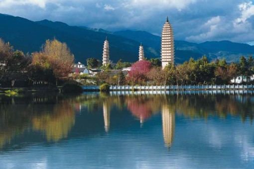这里东临洱海,西靠苍山应乐峰,风景十分优美,这湖中的三塔倒影,是大理