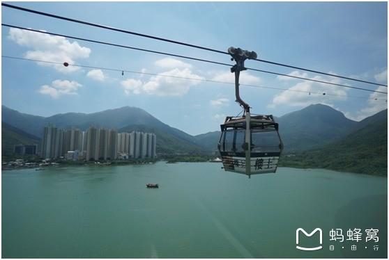 走馬觀花的旅行其實挺浪費時間的呢,深度又才能有深度體驗,香港一直保留著獨特模樣,只是你沒有發現。 推薦路線: 昂坪纜車  天壇大佛  大澳漁村  大澳小艇游 - 渡輪 游玩TIPS: 1、 這里的景點休閑不費勁,適合帶孩子,朋友或者老人。 2、 昂坪360纜車需要提前在官網預定,才能節省排隊買票的時間,因為無論是不是假期去,去坐纜車的人都超級多! 3、 如果是從外地來到香港玩的朋友,最好提前一天到達香港,然后隔天在到昂坪玩一整天~ 4、 如果你帶著行李到昂坪360也可以不用擔心,在地鐵站B出口附近有行
