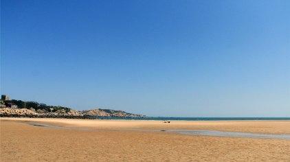 整个坛南湾美景尽收眼底,蓝天碧海中一弯月似的沙滩,去济州不如平潭.