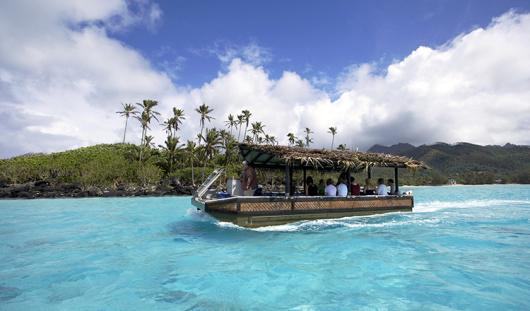 拉罗汤加太平洋度假村位于库克群岛著名的穆里海滩,距离国际机场约20分钟车程,四周是6英亩的热带花园。 这家漂亮的度假村是拉罗汤加第一家精品度假村,为您提供舒适的住宿、壮丽的风景和绵延3公里的海滩。这家充满地道波里尼西亚风格的度假村设有64间宽敞的套房,您可选择花园套房和海滩套房和独立别墅。所有套房都设有平面电视、DVD播放机和咖啡机。度假村的餐厅和酒吧为您提供各种国际美食,包括太平洋美食和特别的波利尼西亚主题之夜。度假村内拥有非常丰富的免费海滩和水上活动设施,全日有多种免费活动提供给住店客人。客人可以在入