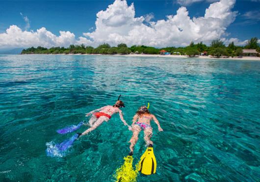 汀巴汀巴岛(Timba-Timba):位于仙本那附近的西伯里斯海上,距离马达京岛较近,是一个有着漂亮风景的小岛,岛上只有几户当地人居住,要来这里游玩主要是参加跳岛游。这里的海水清澈,海洋动物也很多,值得一来。 邦邦岛(Pom Pom Island)/马达京 (Mataking island):宁静而美丽,带着些许原始的感动和温馨,你除了可以潜入海里,看珊瑚和鱼群,还能追寻到可爱海龟的身影。 参考行程 08:00 到达指定地点集合,签署《责任豁免协议》 08:30 码头出发(约55分钟) 0