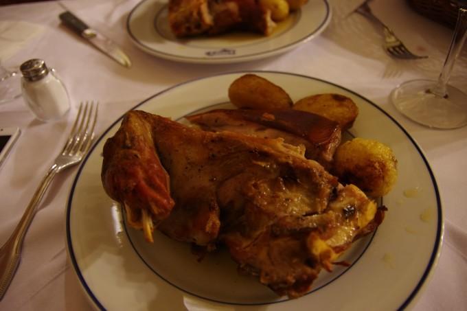 西班牙/餐厅的招牌菜是烤乳猪,基本没有太多其他菜点,我们点了一份烤...